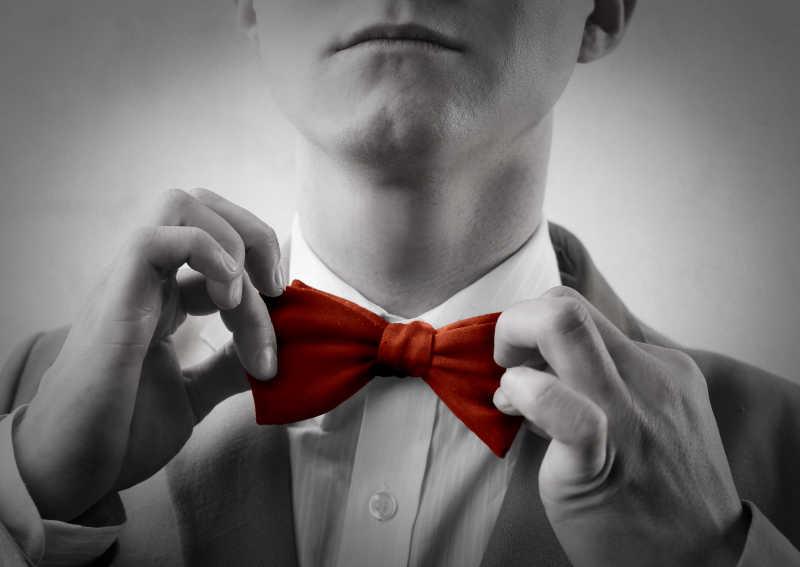 戴红蝴蝶领结的西装男人