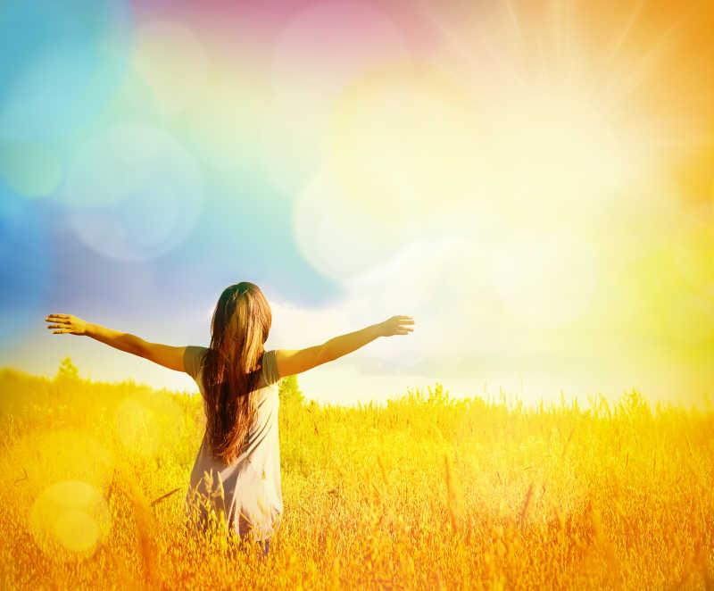 阳光明媚的春天里散步的女孩