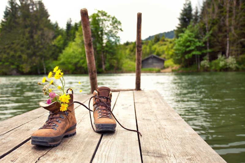 岸边的鞋子