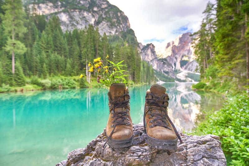 湖边岩石上的一双鞋子