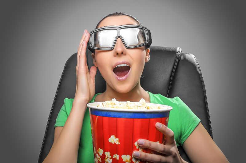 吃着爆米花观看3D电影的女孩