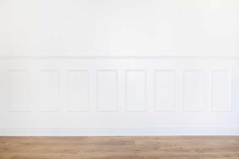房间墙壁上的白色装饰