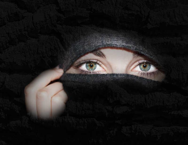 黑色背景下美女神秘的眼睛