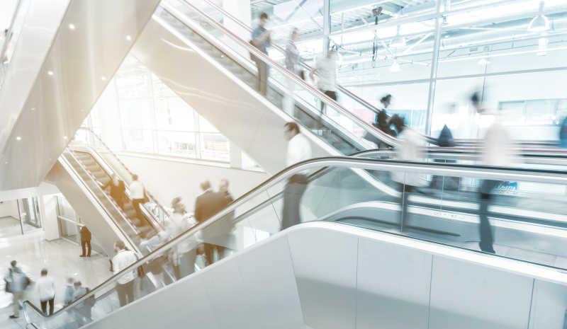 现代大厦里的自动扶梯