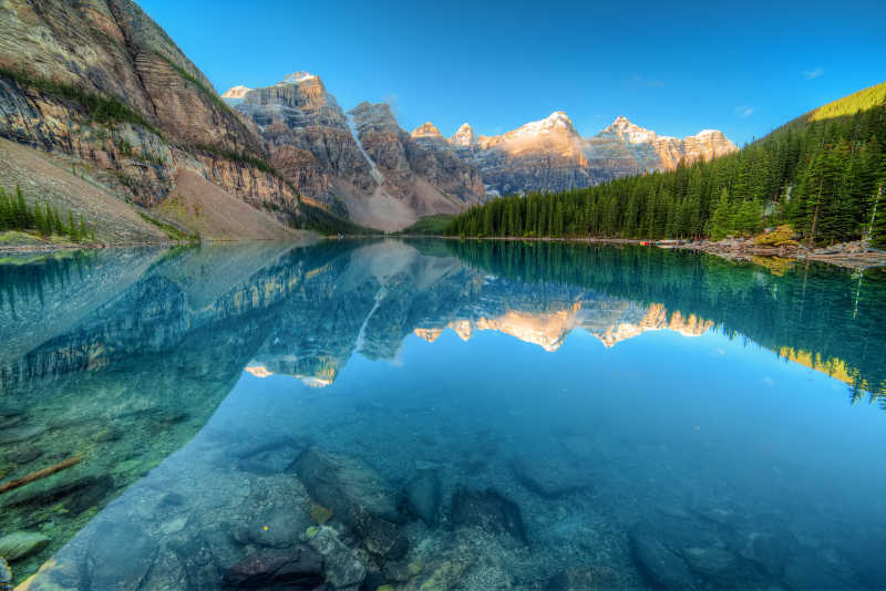 落基山脉美丽的冰碛湖