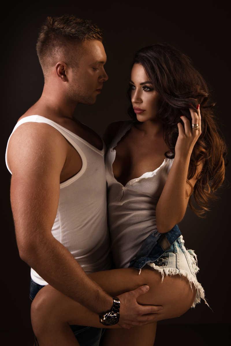 性感情侣与花束图片素材_躺在白色的床单上的性感情侣