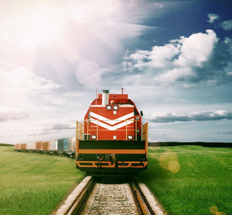 货运火车图片素材_阳光透过乌云下的货运列车照片_jpg