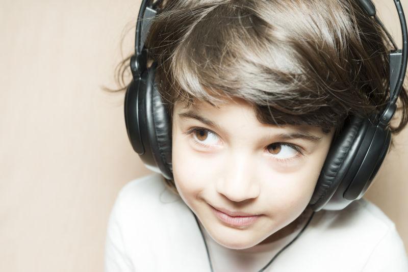 听音乐的可爱小女孩