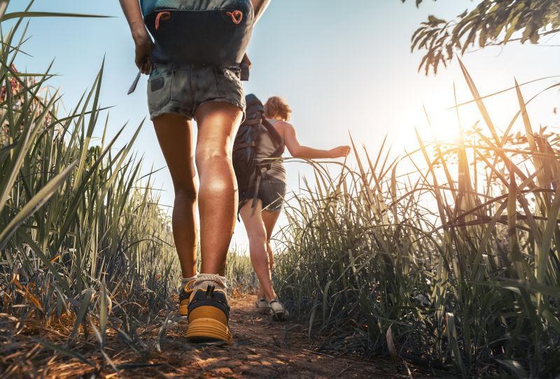 女孩徒步旅行的腿部照
