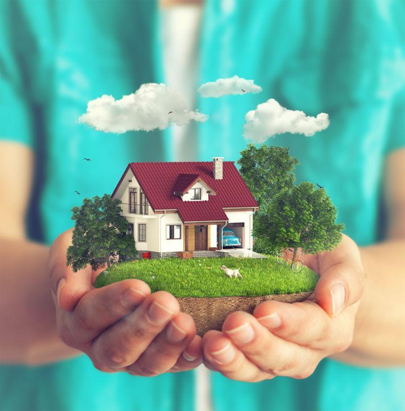 男人手里捧着微型房屋模型