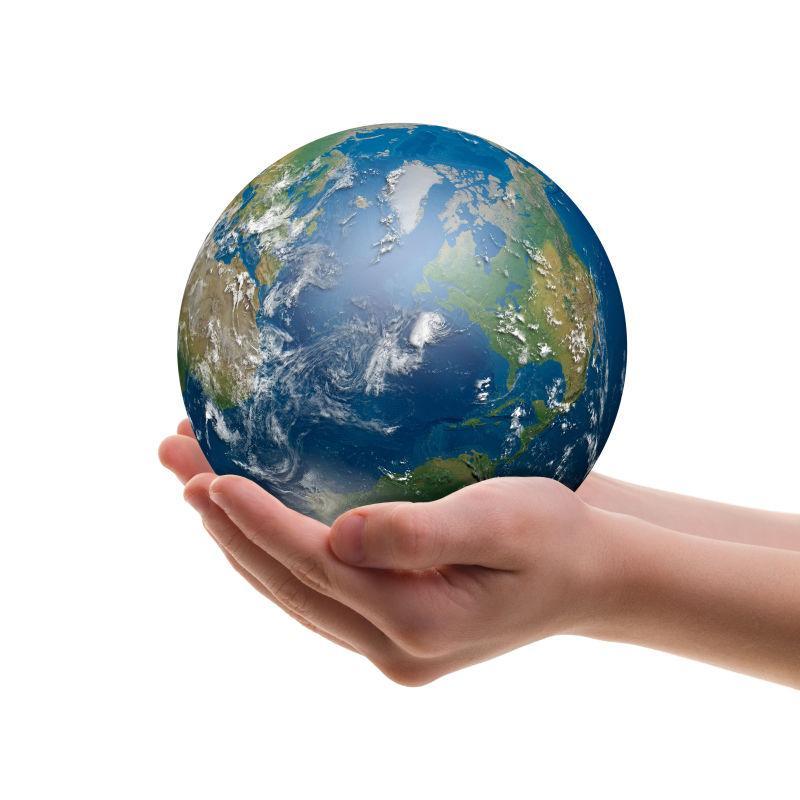 手里捧着的微型地球模型