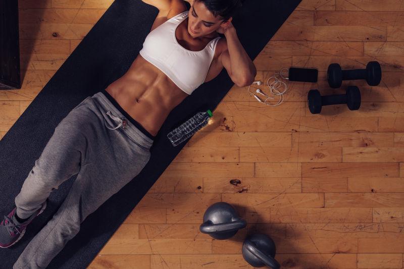 木质板上健身的女性