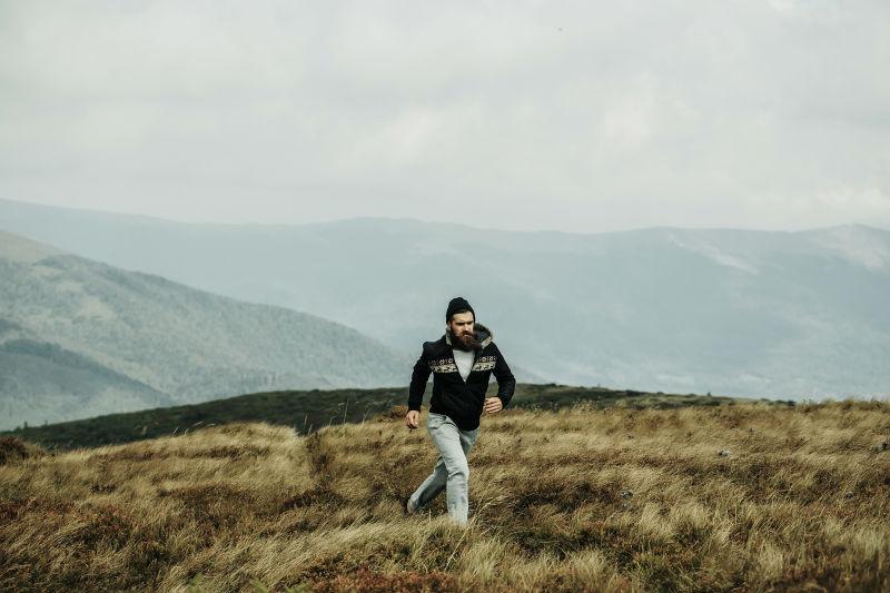 在山上奔跑的男人
