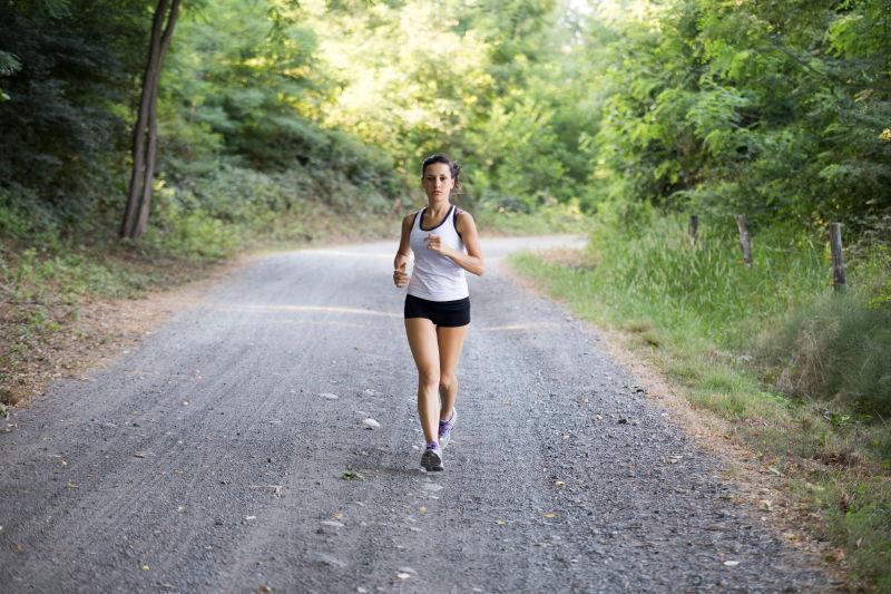在森林里跑步的女孩