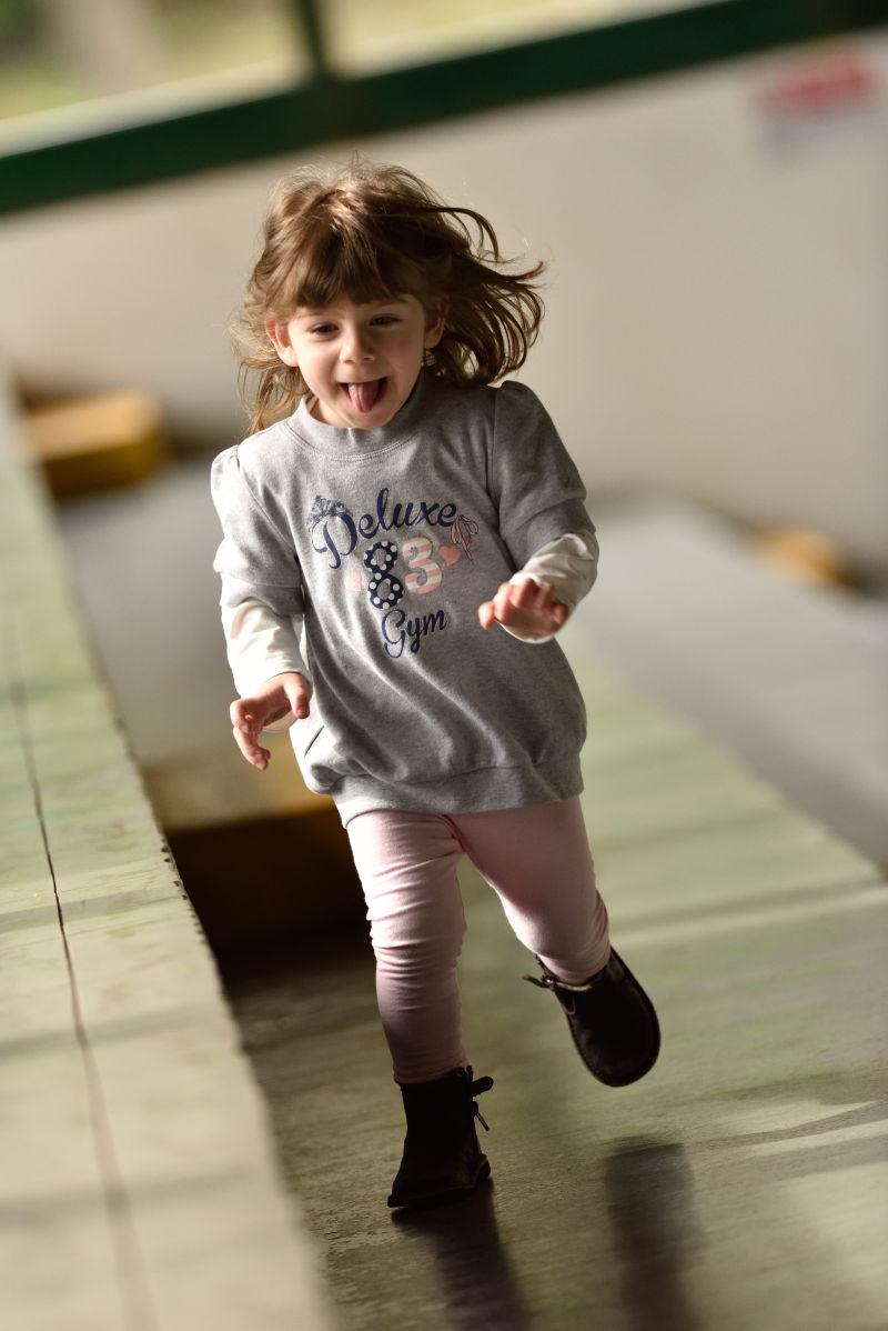 在快乐跑步的女孩