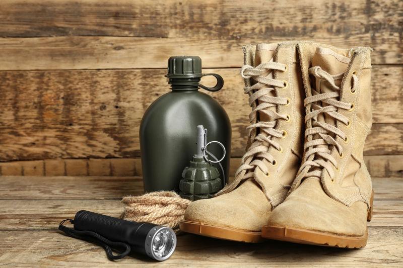 军靴和军用物品图片素材_木板上的军靴和军用物品照片