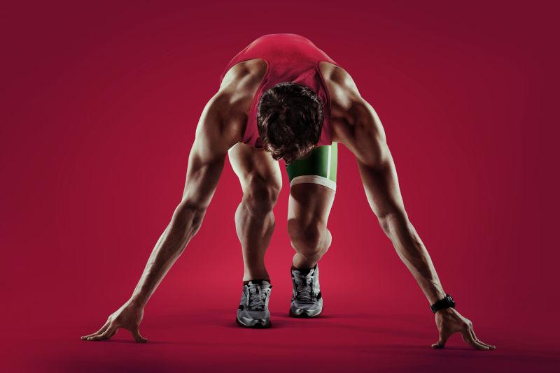 红色背景下的运动员跑道