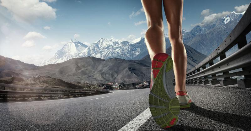 跑鞋在跑道上