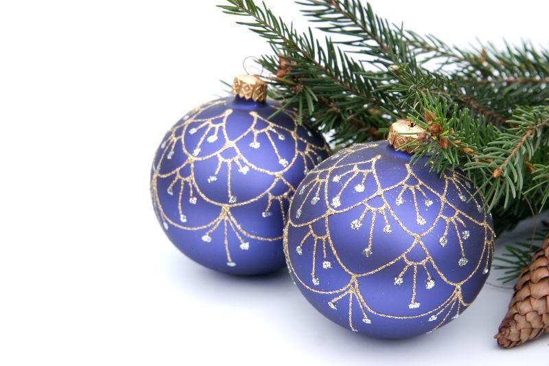 松树枝上美丽的圣诞铃铛