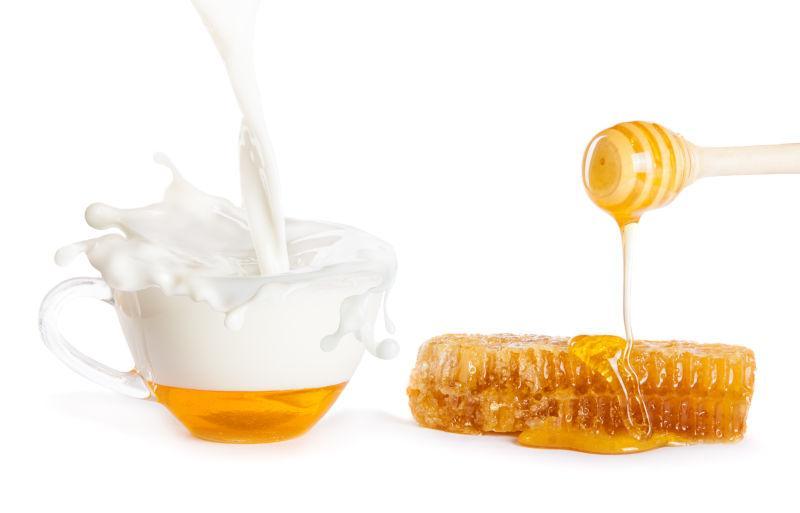玻璃杯中的牛奶和蜂蜜