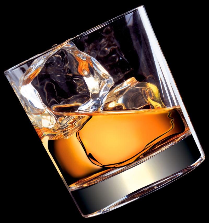 加入冰块的威士忌酒