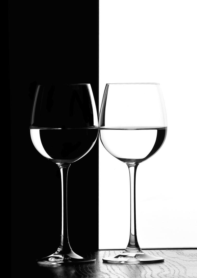 黑白背景下的两杯酒