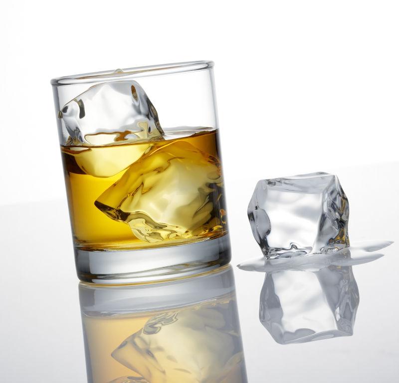 威士忌和冰立方体