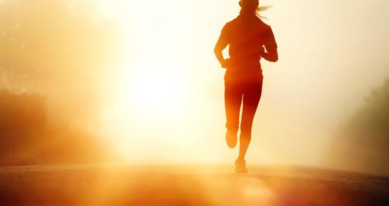 在日出奔跑的女子