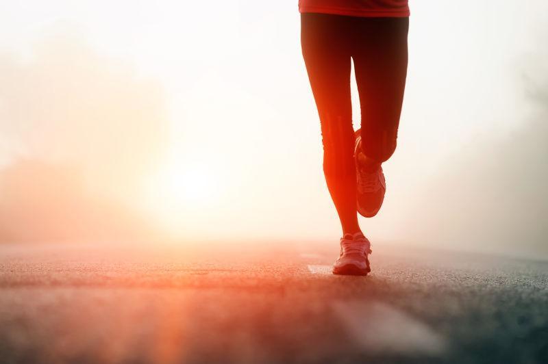 日出时分跑步的女子