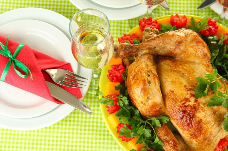 桌上的烧鸡与美酒餐具