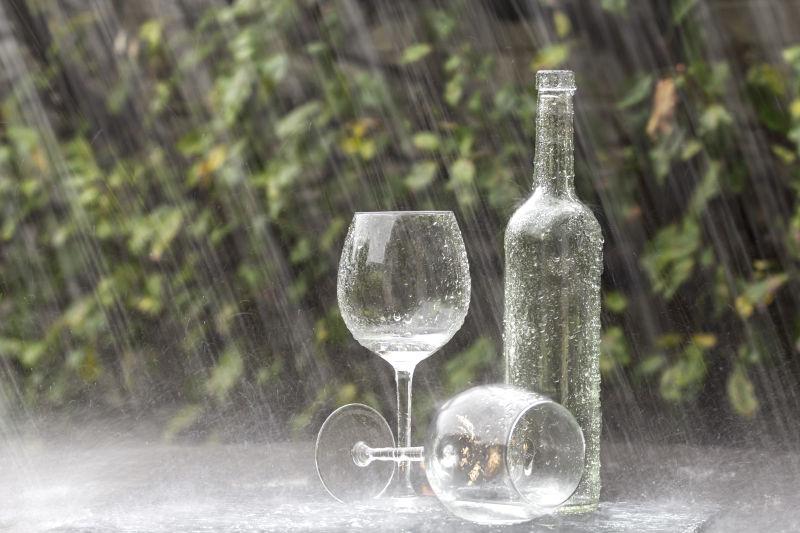 雨中的酒瓶和两个玻璃杯