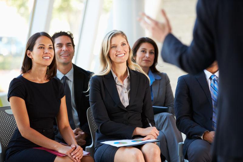 会议室里给五个员工演讲的男人