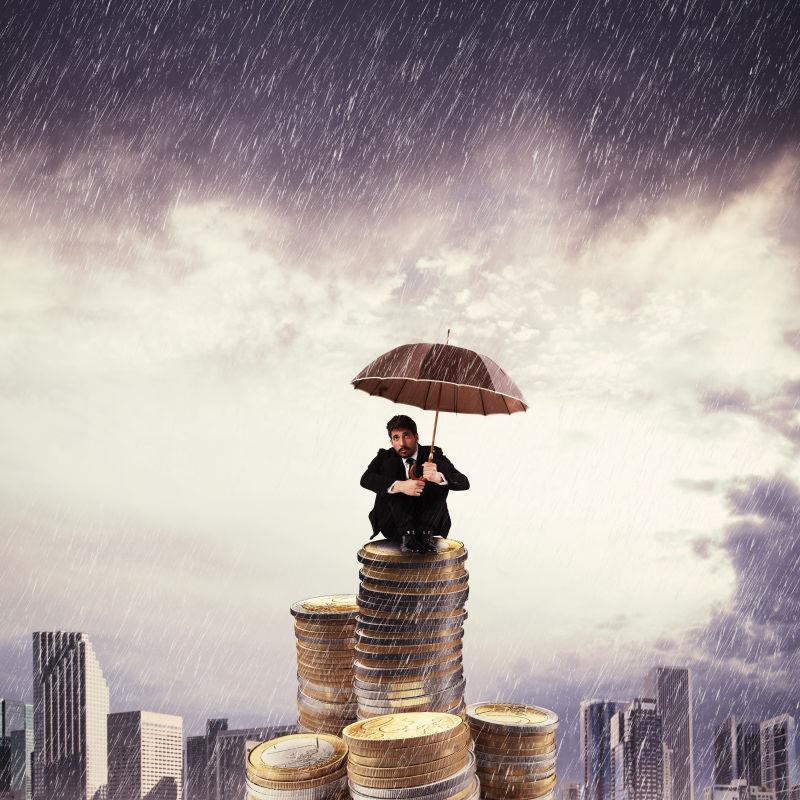 打伞商人在硬币堆上