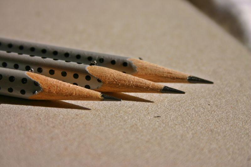 彩色铅笔图片 三只被削的极尖的铅笔素材 高清图片 摄影照片 寻图免费打包下载