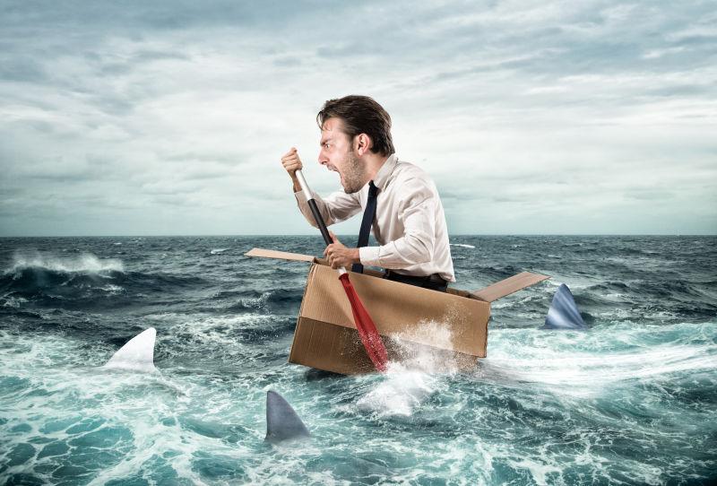 商人在纸板上的鲨鱼中尖叫出来