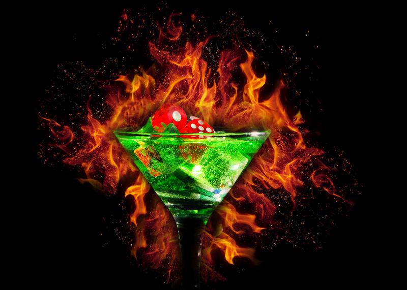 火焰背景下的鸡尾酒杯