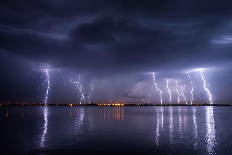 夜晚湖上的雷雨和闪电