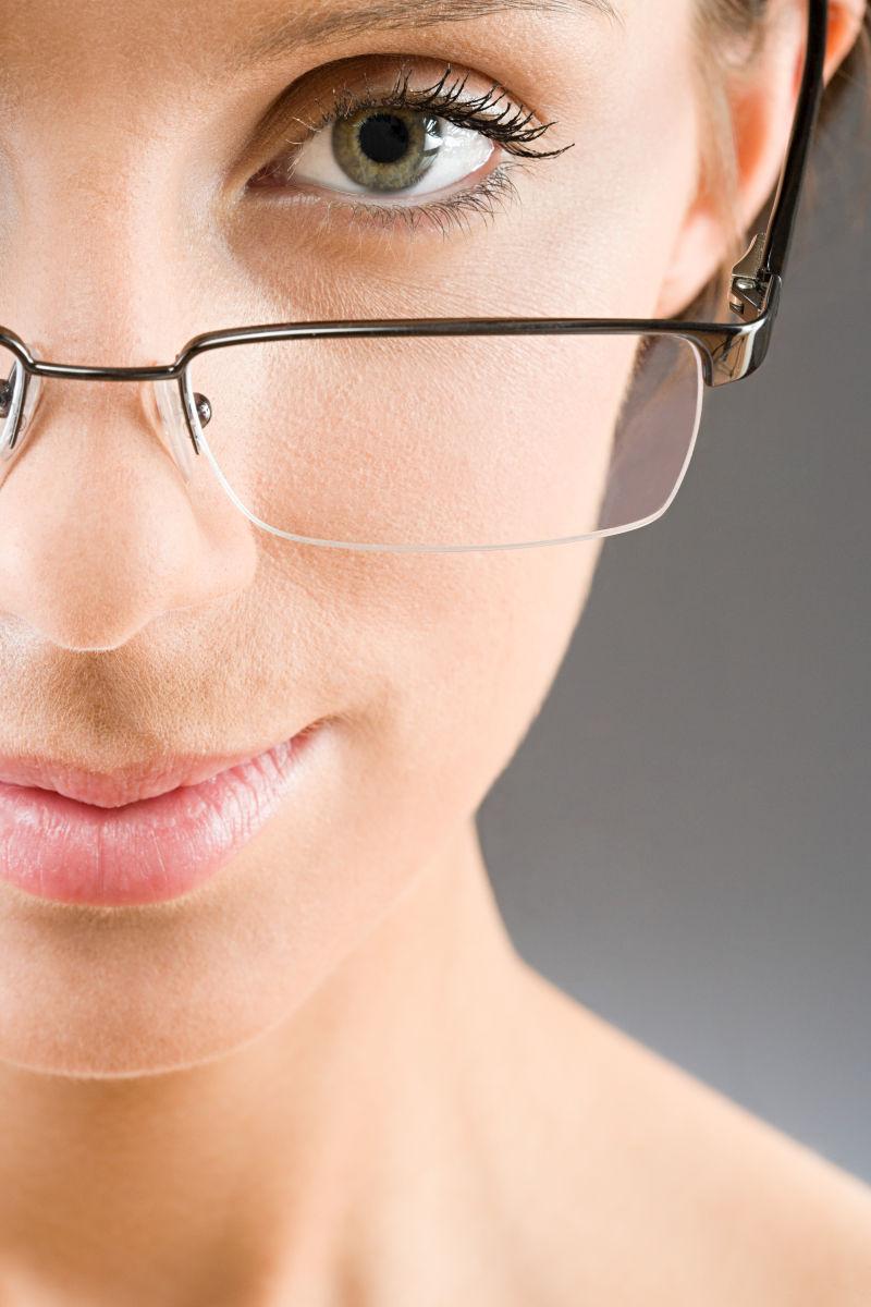 戴着眼镜的女人