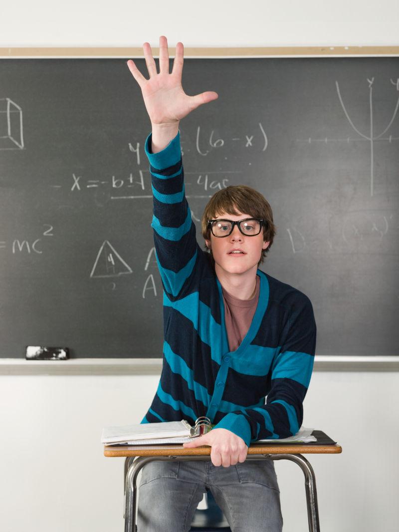 教室里举起手的男孩