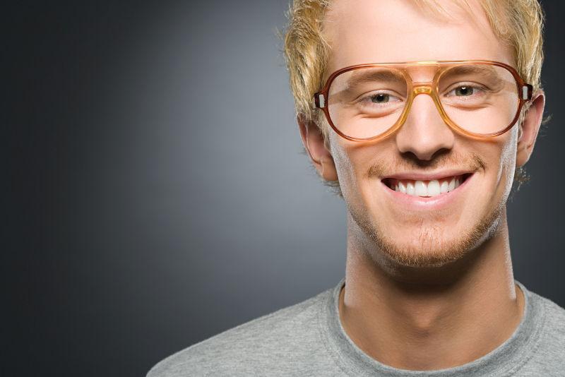 戴眼镜的男子在微笑