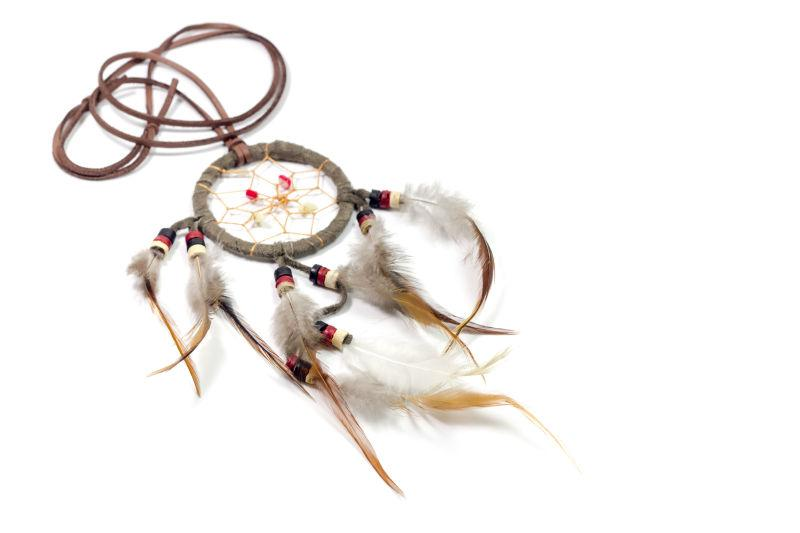 白色背景下的羽毛制作成的捕梦网