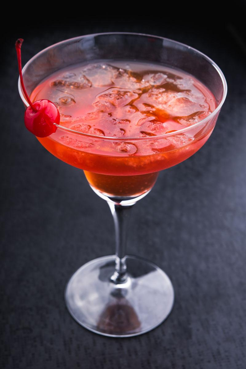 黑底杯装的樱桃鸡尾酒