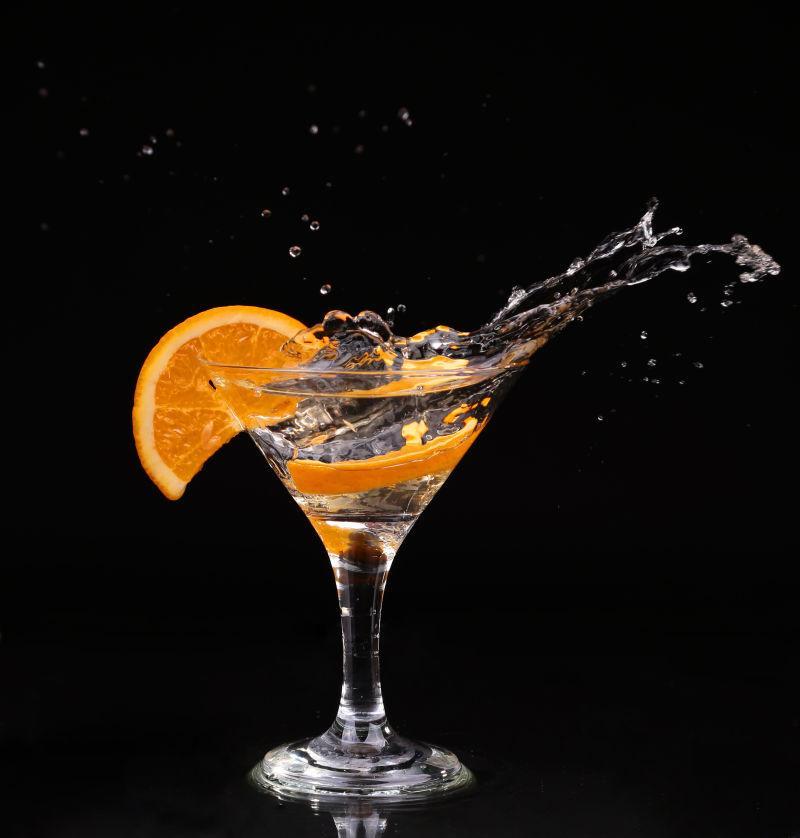 在黑暗背景下马蒂尼酒杯内的味美思鸡尾酒
