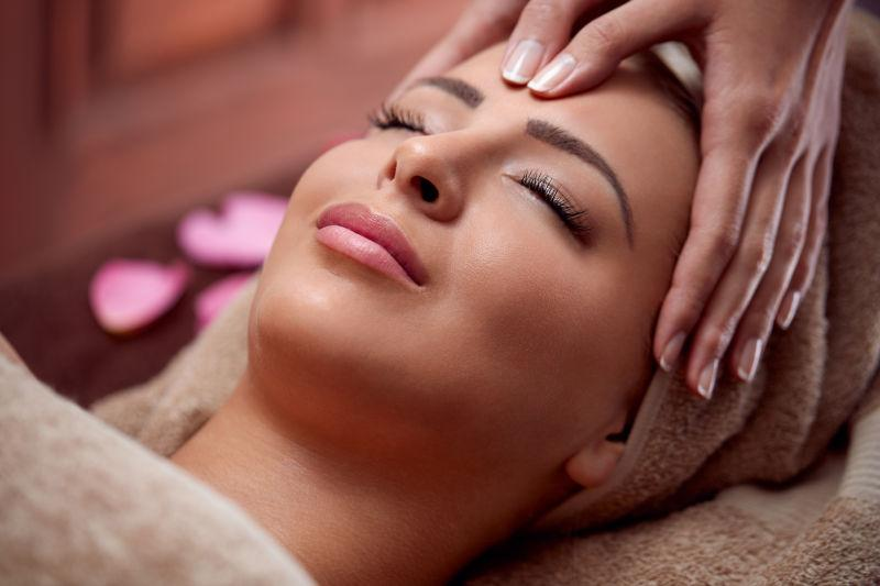 美女正在享受皮肤护理
