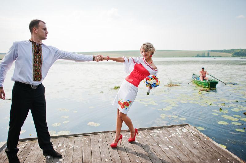 码头上穿着传统礼服的新婚夫妇