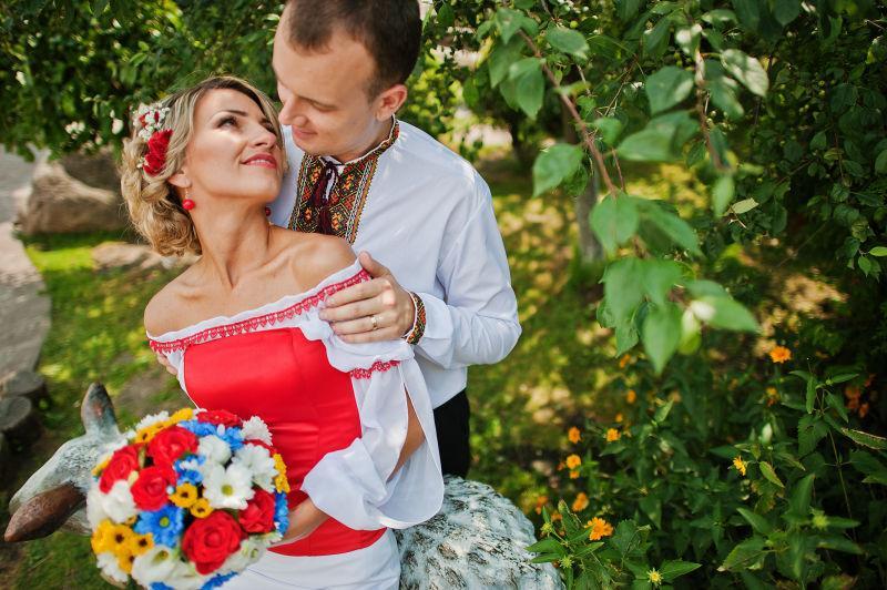 相互拥抱对视的新婚夫妇