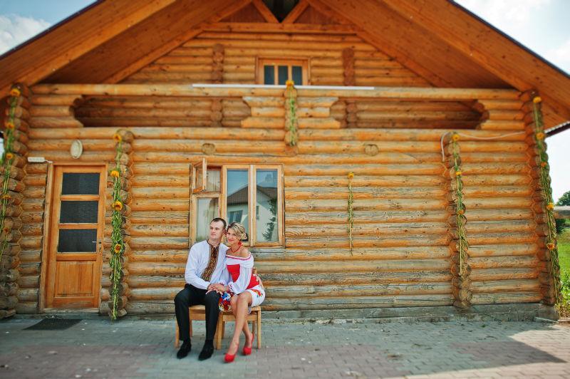 坐在小木屋外的新婚夫妇