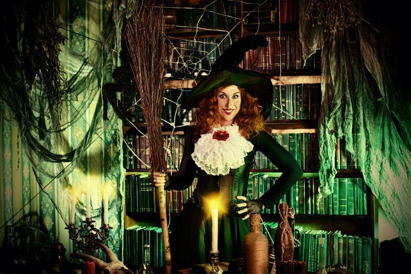 魔法巫婆巢穴里迷人女巫