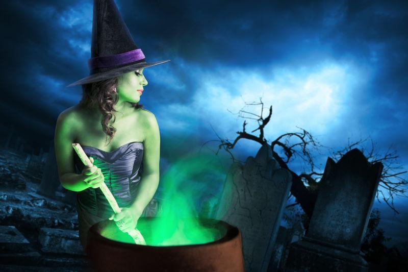 黑暗背景下的性感女巫熬制魔法