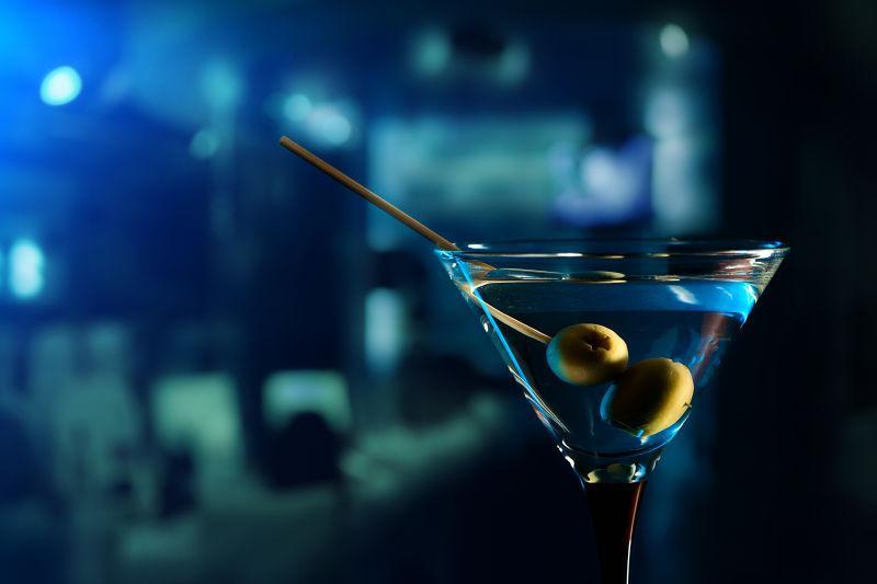 玻璃杯中的马蒂尼鸡尾酒